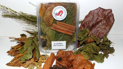 "The most stuffed ""litre"" in our offer. The box full of treats: myrobalan leaf, mulberry leaves, beech leaves, walnut leaf, oak leaves, bunch of field horsetail, 3 cinnamon, 15 alder cones, kale, hokkaido pumpkin."